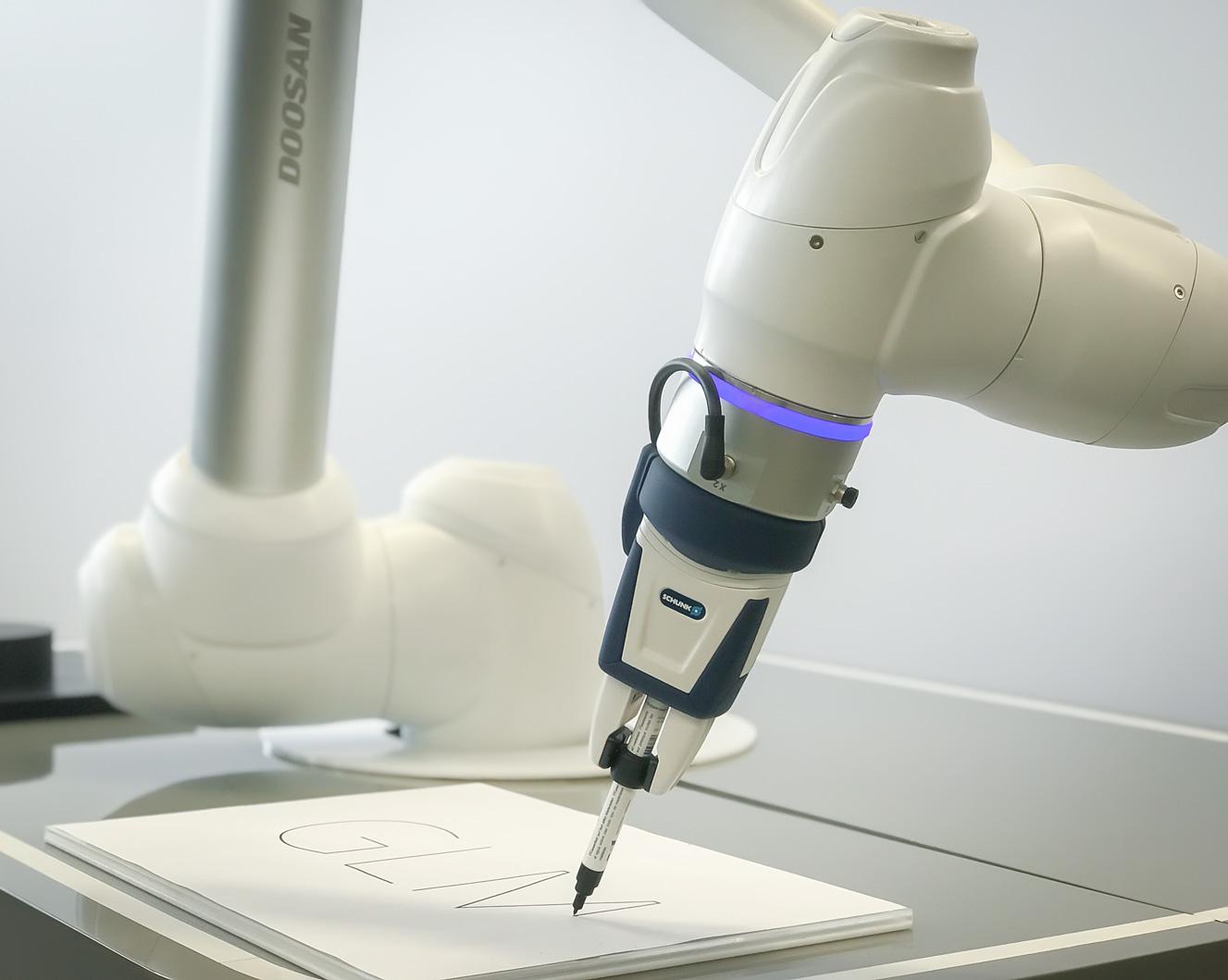 Roboter schreibt mit Stift cobot weiß mit teach-cockpit Doosan Applikation Schunkgreifer kollaborativ