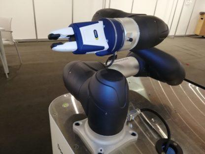zusammengeklappt Doosan Robotics M-Serie navy mit Schunk Zweifingergreifer co-act kollaborativer Greifer auf mobilem Tisch