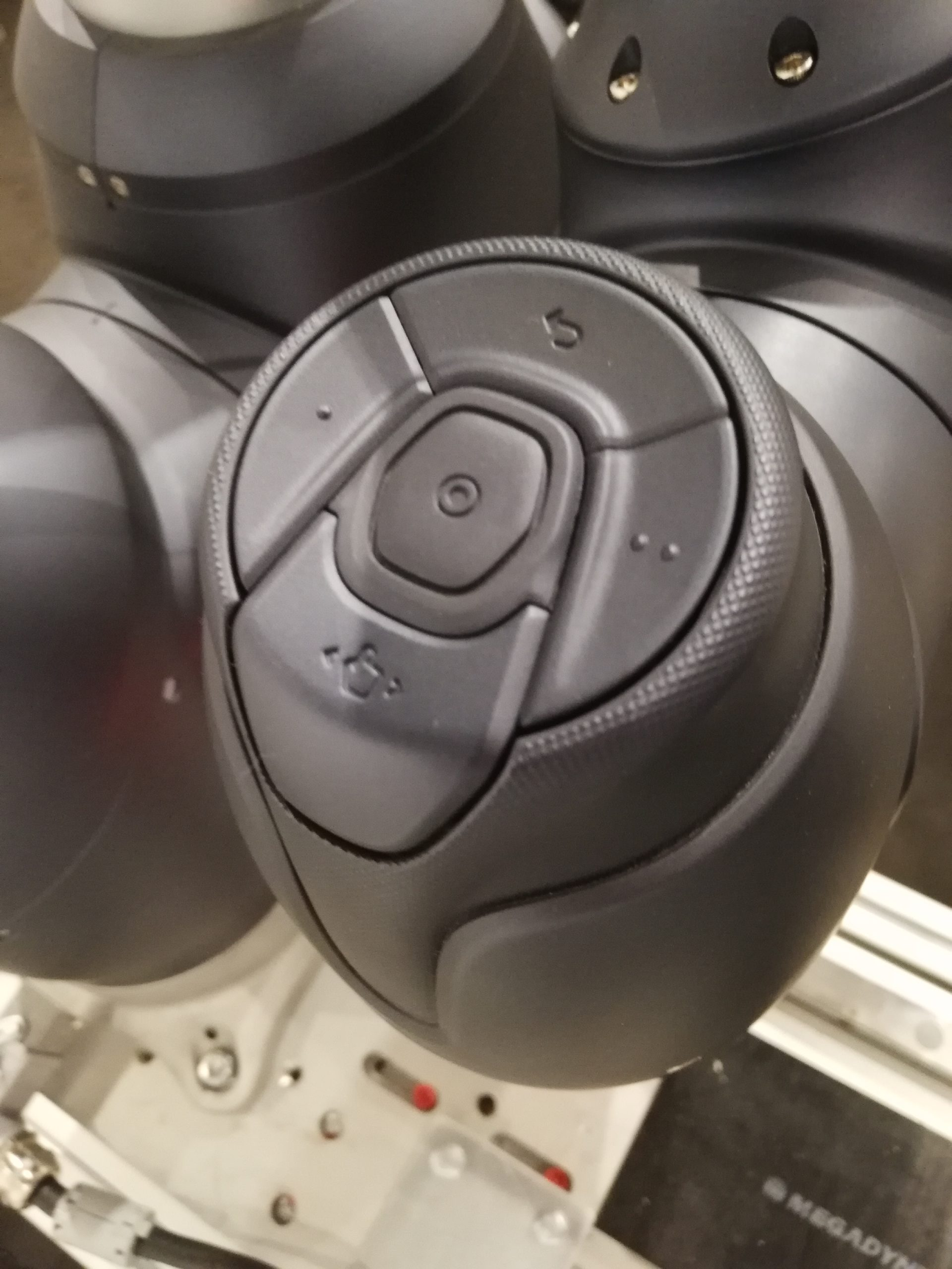 Cockpit Navy Nahaufnahme Freifahrknopf Wegpunkt-knopt Achsenverschiebung auf Knopfdruck individuell belegbar Rückgängig machen Doosan Deutschland vertrieb verkauf handel partner automation